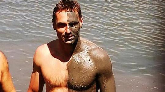 Roman se svlékl do plavek a předvedl své břišní svaly.
