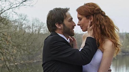 Denisa Nesvačilová oblékla svatební šaty. Na snímku s Janem Grundmanem