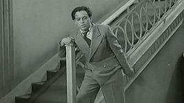 Herbert Lom ve své první roli mlátil Věru Ferbasovou.