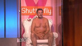 Liam Neeson téměř nahý v televizní show.
