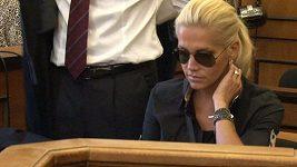 Příchod Dary Rolins k soudu.