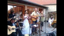 Petr Bendl hraje na kytaru a zpívá na svatbě
