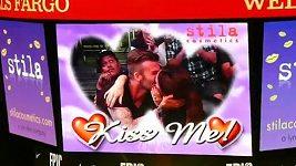 Victoria Beckham líbala Davida na velkoplošné obrazovce.
