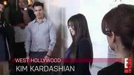 Kim Kardashian schytala na červeném koberci útok moukou