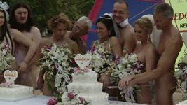 Svatba naháčů na Jamaice: devět párů v rouše Adamově si řeklo své ano