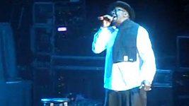 Bobby Brown na koncertě pár hodin po smrti jeho exmanželky Whitney Houston.