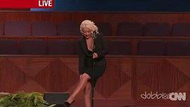 Christina Aguilera si na pohřbu Etty James otírá nohy