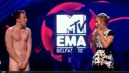 Při vyhlašování cen MTV vběhl na pódium naháč