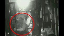 Takhle si ženatý Mike Tindall užíval s neznámou blondýnou.