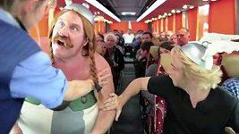 Depardieu si dělá srandu ze svého močení v letadle.