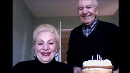 Důchodci se chtěli vyfotit, místo toho se nahráli na web kameru. Video se stalo hitem na internetu