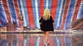 V soutěži Británie má talent se objevila známá dvojnice Britney Spears Lorna Bliss, v kalhotkách si lehla na stůl poroty
