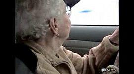 Stoletá Američanka oslavila sté narozeniny za volantem závozního auta