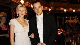 Zora Kepková a Miroslav Hejda na Plese v Opeře připomínali ženicha a nevěstu.