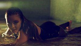 """Monika Bagárová je ve svém novém klipu """"Let Me Love U"""" neskutečně sexy."""