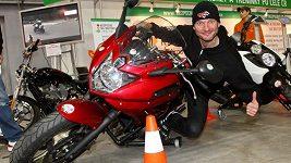 Dalibor Gondík balí holky na svou motorku.