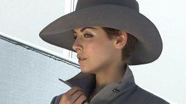Gábina se předvedla jako módní chameleon. V klobouku a s perleťovým líčením je k nepoznámí.