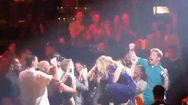Kolaps fanouška po objetí od Beyoncé