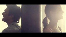 Vojta a Zdenka vypadají a znění v klipu 'Walk in My Shoes!' světově.