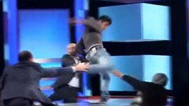Teenager kopl v televizním pořadu svou matku do obličeje