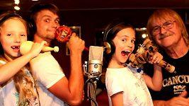 Charlotte a Nelly Gottovy natočily s Pepou Vágnerem pro tatínka píseň k narozenínám.