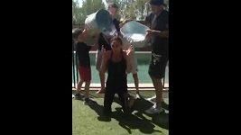 Victoria Beckham do kbelíkové výzvy zapojila i rodinu