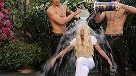 Donatella Versace to schytala rovnou dvěma vědry ledové vody