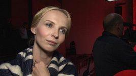 Krásná Jana Plodková má v módě kupodivu taky mantinely.
