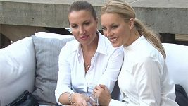 Simona Krainová se sestrou