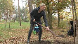 Špotáková vysazovala za asistence syna strom.