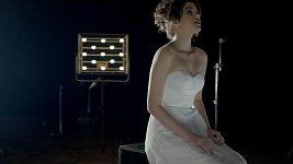 Celeste Buckingham v emotivním klipu k písni Love in Your Soul.