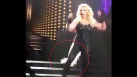 Britney Spears ztratila na pódiu vlasy
