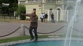 Reportér Primy spadl do fontánky