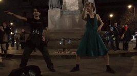 Radek Banga tančí na Václavském náměstí