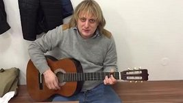 Pavlásek hraje na kytaru