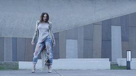 Ewa Farna představuje nový klip k písni Na ostří nože