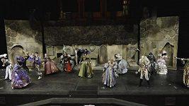 Úvodní scéna plesu upírů