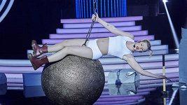 Adam Mišík se znovu promění v Miley Cyrus.