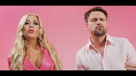 Růžová blondýna obluzuje nedávno oženěného zpěváka.