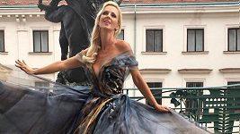 Zuzana Belohorcová v šatech Blanky Matragi.