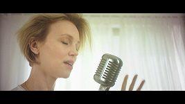 Jedna z kmoter alba EASY Vlastina Svátková si zahrála i v klipu k písni Easily.