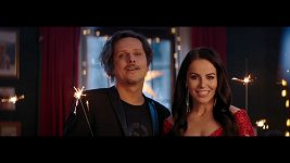 Chinaski a Katarína Knechtová ve vánočním klipu.