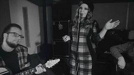 Bára Zemanová & Band přejí veselé Vánoce písní Let It Snow.