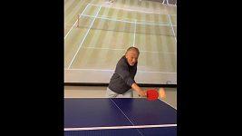 Karel Gott hraje stolní tenis