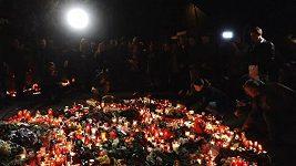 Záznam: Lidé nosili svíčky a květiny před vilu Karla Gotta na Bertramku
