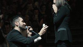 Marek Ztracený požádal svou přítelkyni Marcelu o ruku před vyprodanou O2 arenou.