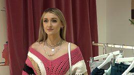 Sharlota Frantinová nezvykle umírněném outfitu.