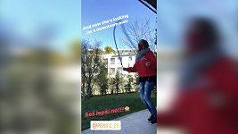 Lucie Vondráčková skáče přes švihadlo na výzvu Marka Peksy