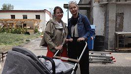 S hlídáním dcery Loly pomáhá Berenice maminka.