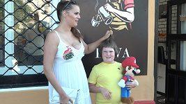 Ornella Koktová ostříhala syna. Pak to musela napravit.